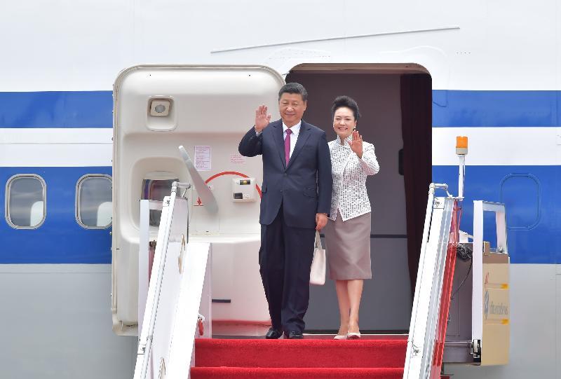 國家主席習近平(左)及夫人彭麗媛(右)今日中午(六月二十九日)抵達香港視察三天,並出席慶祝香港回歸祖國二十周年大會暨香港特別行政區第五屆政府就職典禮。