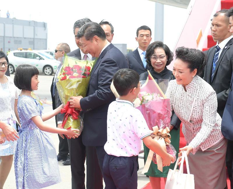 國家主席習近平(左二)及夫人彭麗媛(右一)今日(六月二十九日)抵港時接受兩位小童獻花。