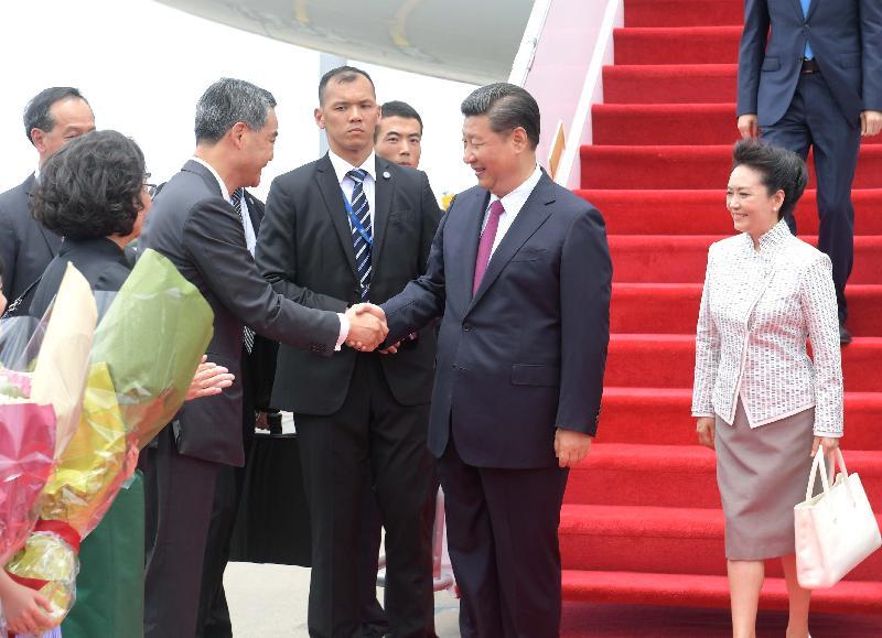行政長官梁振英(左二)及夫人梁唐青儀(左一)今日(六月二十九日)於機場停機坪迎接國家主席習近平(右二)及夫人彭麗媛(右一)。