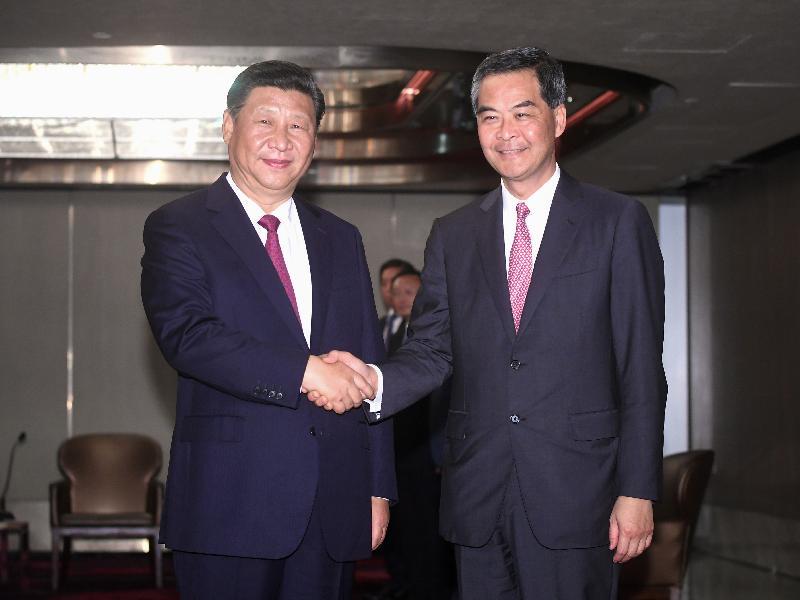國家主席習近平(左)今日(六月二十九日)下午於下榻酒店會見行政長官梁振英(右)。