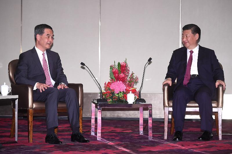 國家主席習近平(右)今日(六月二十九日)下午於下榻酒店會見行政長官梁振英(左)。