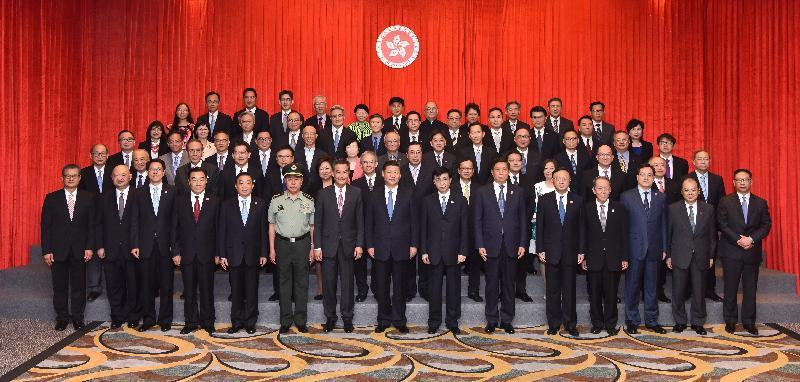 國家主席習近平(前排中)今日(六月二十九日)下午與行政長官梁振英(前排左七)和行政、立法及司法機構負責人合照。