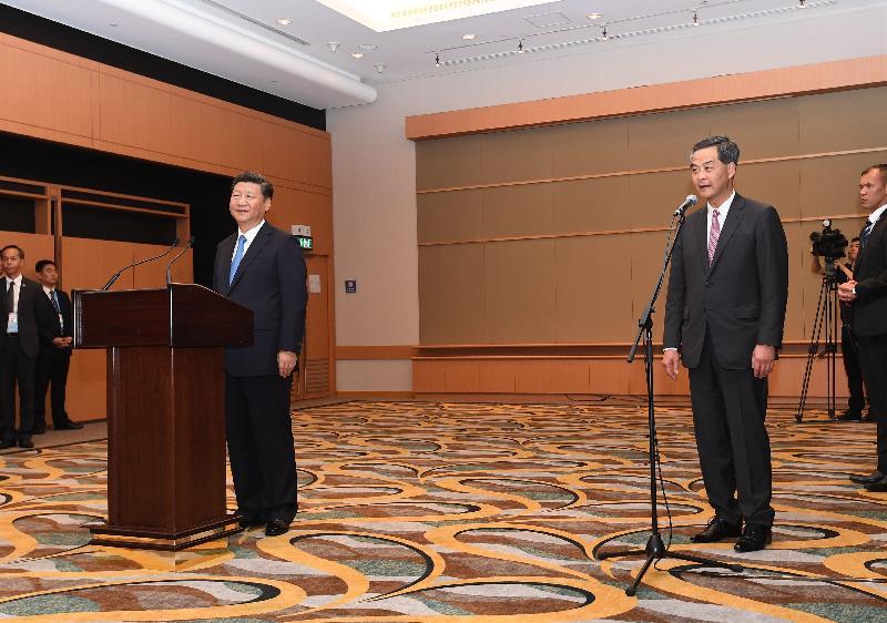 國家主席習近平(左)今日(六月二十九日)下午在行政長官梁振英陪同下會見行政、立法及司法機構負責人。圖示梁振英(右)致辭。