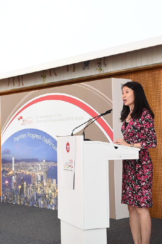 香港駐柏林經濟貿易辦事處處長何小萍六月二十七日(柏林時間)在柏林舉行慶祝香港特別行政區成立二十周年的晚宴上致辭。
