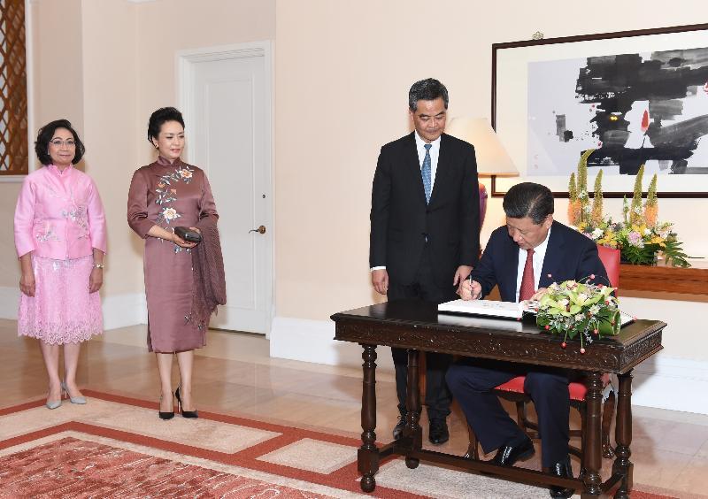 國家主席習近平(右一)今日(六月二十九日)在禮賓府的嘉賓名冊上簽名留念。旁為習近平夫人彭麗媛(左二)、行政長官梁振英(右二)及夫人梁唐青儀(左一)。