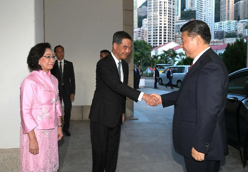 國家主席習近平(右)今日(六月二十九日)出席行政長官梁振英在禮賓府設的晚宴。圖示梁振英(中)及夫人梁唐青儀(左)在場迎迓。