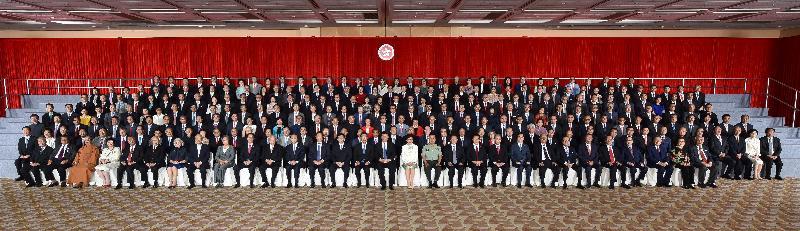 國家主席習近平(前排右十五)、行政長官梁振英(前排右十六)和候任行政長官林鄭月娥(前排右十四)今日(六月三十日)下午在香港會議展覽中心與二百多名香港各界人士合照。