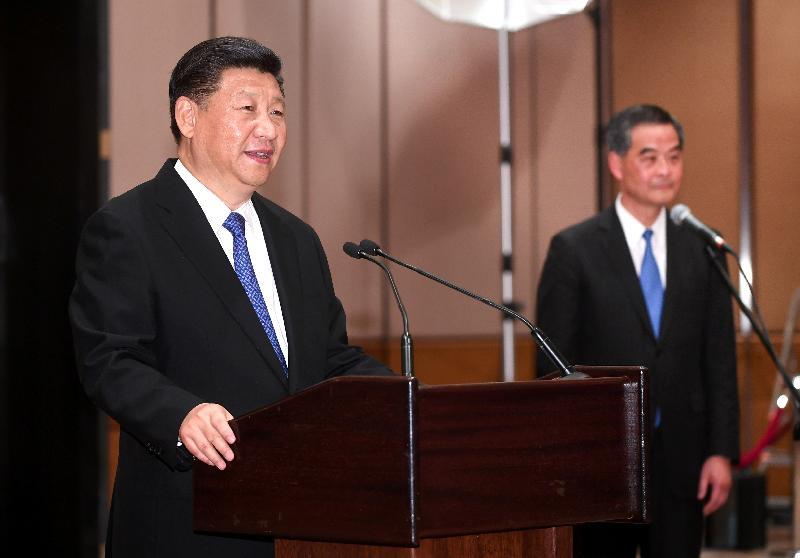 國家主席習近平(左)今日(六月三十日)在香港會議展覽中心會見二百多名香港各界人士,並發表講話。旁為行政長官梁振英(右)。