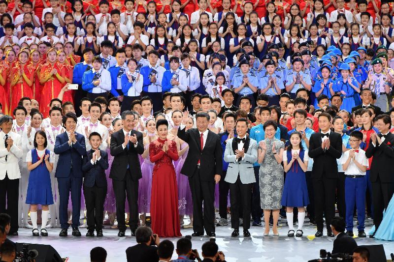 國家主席習近平(前排中)今晚(六月三十日)在香港會議展覽中心出席慶祝香港回歸祖國二十周年文藝晚會時,向觀眾揮手問好。陪同出席的包括行政長官梁振英(前排左五)和候任行政長官林鄭月娥(前排右五)。