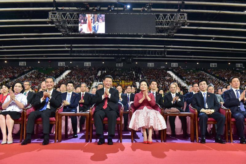 國家主席習近平(前排左三)及夫人彭麗媛(前排右三)今晚(六月三十日)在香港會議展覽中心出席慶祝香港回歸祖國二十周年文藝晚會欣賞表演。行政長官梁振英(前排左二)及夫人梁唐青儀(前排左一)亦陪同出席。