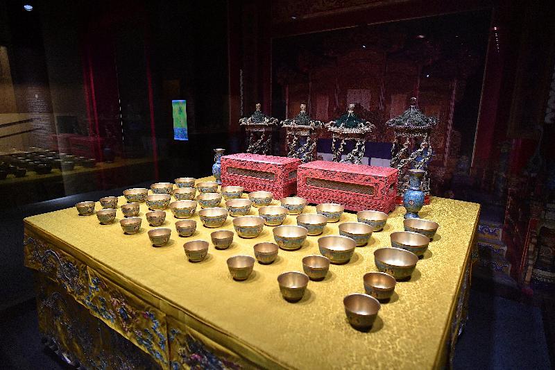 「萬壽載德-清宮帝后誕辰慶典」展覽今日(七月一日)於香港歷史博物館開幕。圖為展覽中展示的清宮萬壽盛典大宴桌佈置。