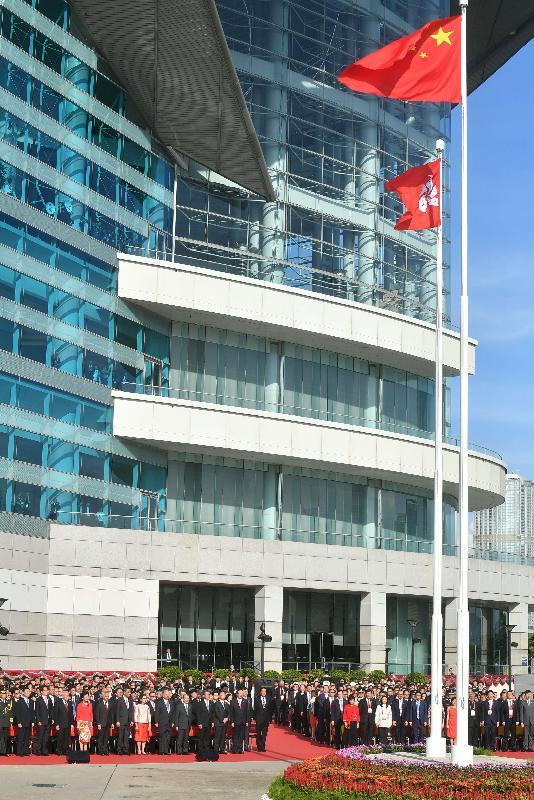 行政長官林鄭月娥、主要官員及嘉賓今早(七月一日)出席在金紫荊廣場舉行的慶祝中華人民共和國香港特別行政區成立二十周年升旗儀式。