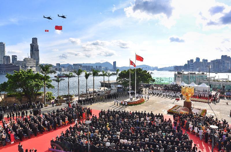 今早(七月一日)在金紫荊廣場舉行的慶祝中華人民共和國香港特別行政區成立二十周年升旗儀式上,政府飛行服務隊在空中敬禮。