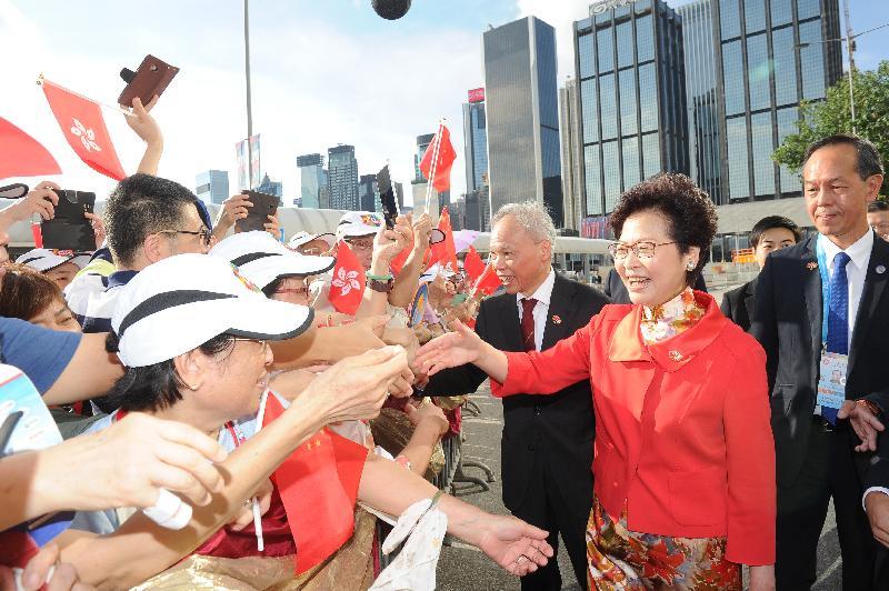 行政長官林鄭月娥(右二)今早(七月一日)在金紫荊廣場出席慶祝中華人民共和國香港特別行政區成立二十周年升旗儀式前與市民握手。旁為其丈夫林兆波(右三)。