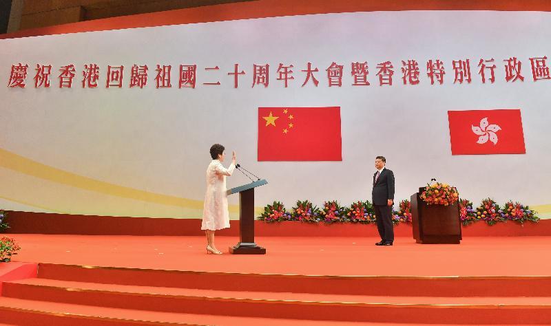 國家主席習近平(右)今日(七月一日)上午在香港會議展覽中心舉行的香港特別行政區第五屆政府就職典禮上,為行政長官林鄭月娥(左)監誓。