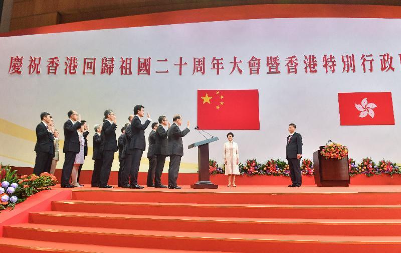 國家主席習近平(右一)今日(七月一日)上午在香港會議展覽中心舉行的香港特別行政區第五屆政府就職典禮上,為香港特別行政區第五屆政府主要官員監誓。旁為行政長官林鄭月娥(右二)。