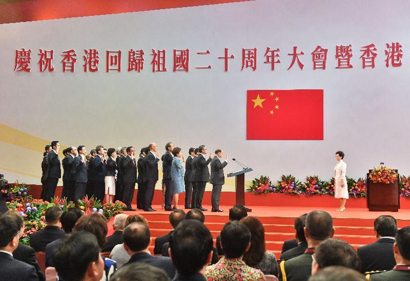行政長官林鄭月娥(右)今日(七月一日)上午在香港會議展覽中心舉行的香港特別行政區第五屆政府就職典禮上,為行政會議成員監誓。