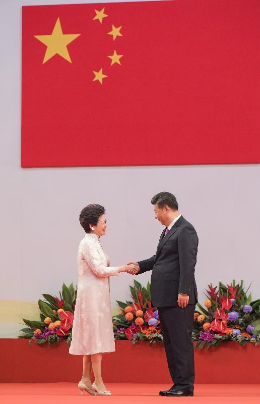國家主席習近平(右)和行政長官林鄭月娥(左)今日(七月一日)上午在香港特別行政區第五屆政府就職典禮上握手。
