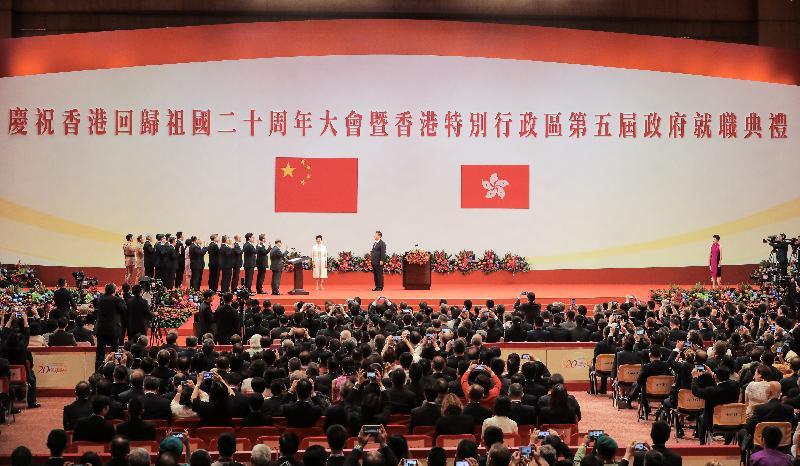 國家主席習近平今日(七月一日)上午在香港會議展覽中心舉行的香港特別行政區第五屆政府就職典禮上,為主要官員監誓。