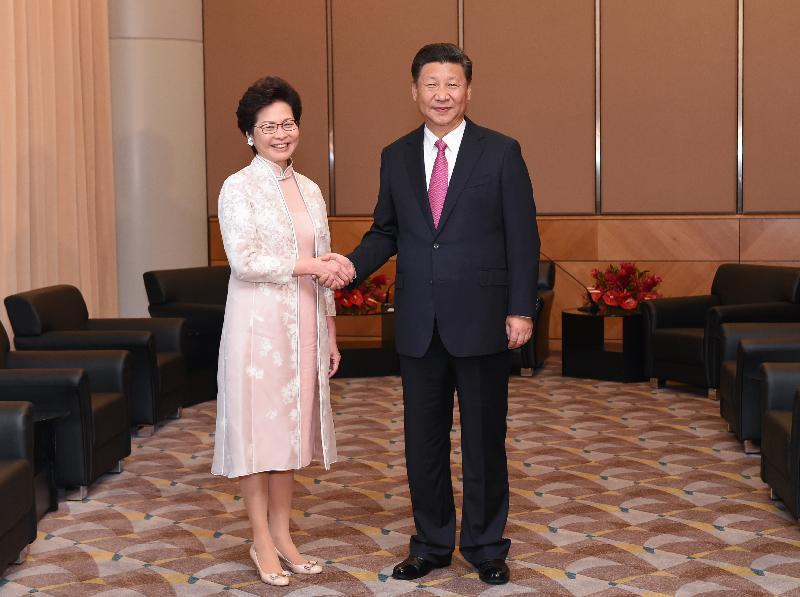 國家主席習近平(右)今日(七月一日)上午出席香港特別行政區第五屆政府就職典禮後,在香港會議展覽中心會見新任行政長官林鄭月娥(左)。圖示二人在會面前握手。