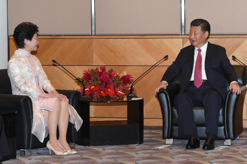 國家主席習近平(右)今日(七月一日)上午出席香港特別行政區第五屆政府就職典禮後,在香港會議展覽中心會見新任行政長官林鄭月娥(左)。