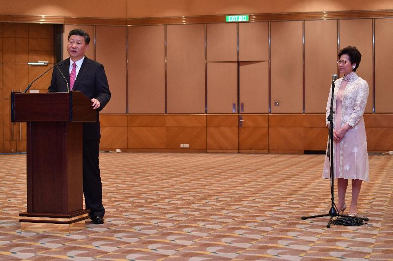 國家主席習近平(左)今日(七月一日)在新任行政長官林鄭月娥(右)陪同下會見行政、立法及司法機構負責人,並發表講話。