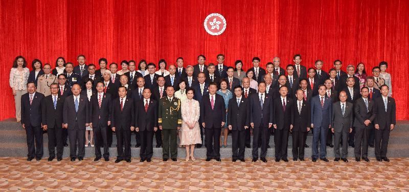 國家主席習近平(前排中)今日(七月一日)與新任行政長官林鄭月娥(前排左八)和行政、立法及司法機構負責人合照。