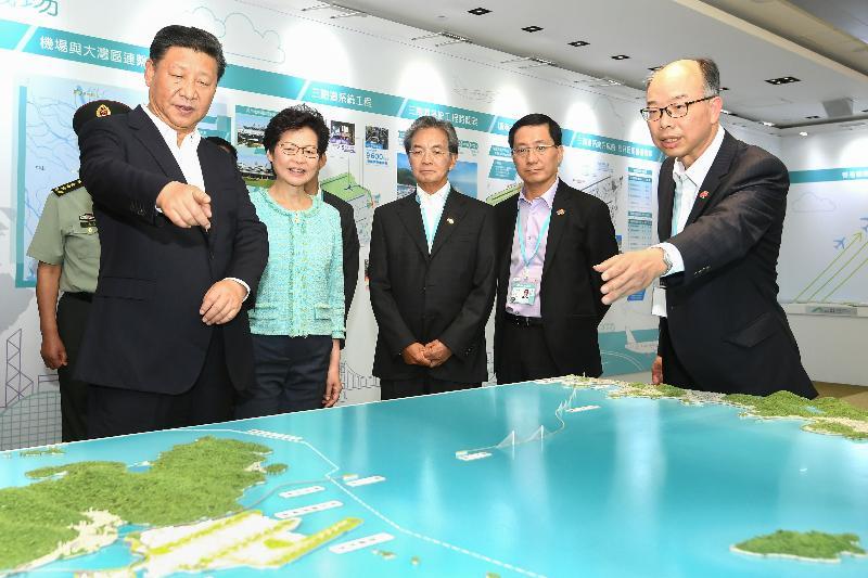 國家主席習近平(左一)今日(七月一日)在機場行政大樓觀看模型,並聆聽運輸及房屋局局長陳帆(右一)介紹特區政府透過投資基建推動珠三角地區的社會和經濟發展。行政長官林鄭月娥(左二)、香港機場管理局(機管局)主席蘇澤光(中)和機管局行政總裁林天福(右二)在場陪同。