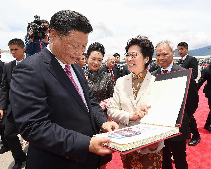 國家主席習近平(左一)及夫人彭麗媛(左二)今日(七月一日)結束三日香港行程,在機場獲行政長官林鄭月娥(右二)致送相簿。林鄭月娥丈夫林兆波(右一)亦在機場停機坪歡送他們。