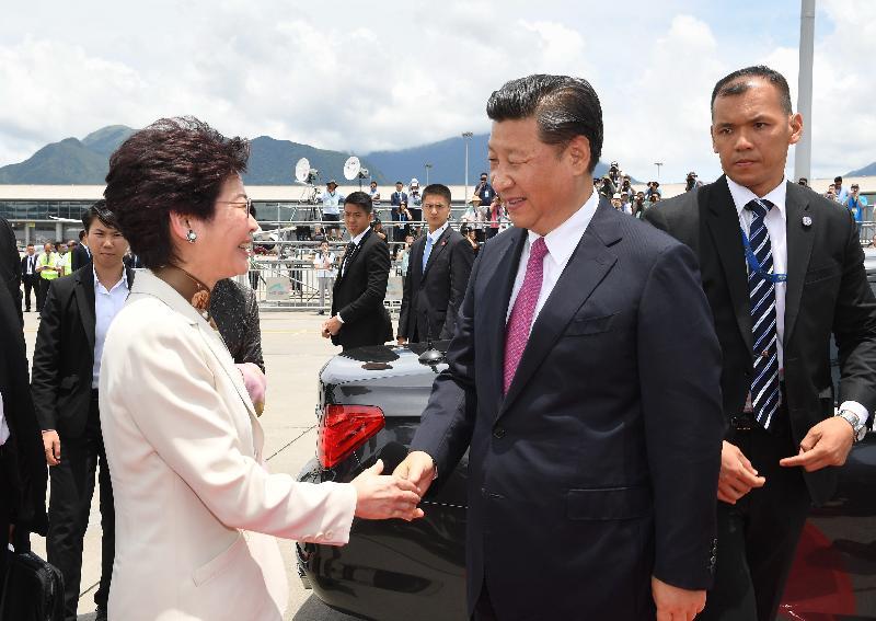 國家主席習近平(右)今日(七月一日)結束三日香港行程,在機場與行政長官林鄭月娥(左)握手道別。
