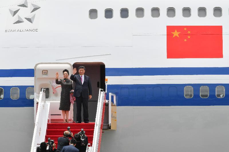 國家主席習近平(右)及夫人彭麗媛(左)今日(七月一日)離港前向在場送行人士揮手道別。