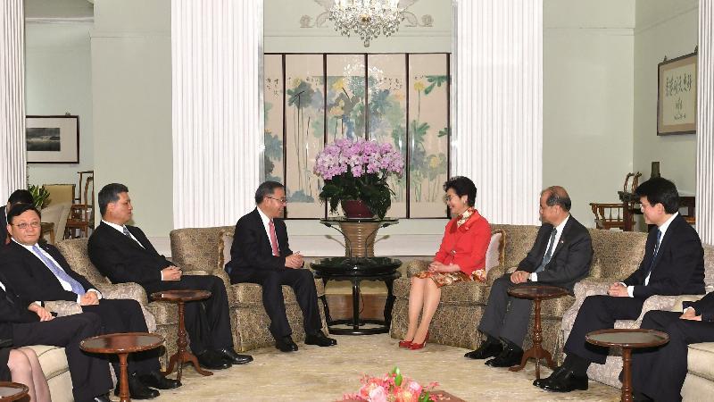 行政長官林鄭月娥(右三)今日(七月一日)傍晚在禮賓府與廣東省委書記胡春華(左三)會面。廣東省省長馬興瑞(左二)及深圳市委書記王偉中(左一)亦有出席會面。