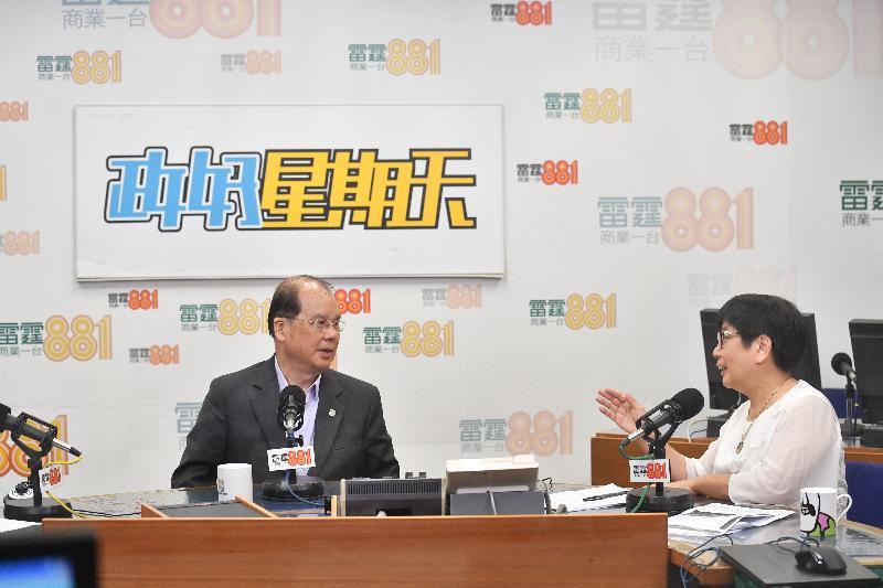 政務司司長張建宗(左)今早(七月二日)出席商業電台節目「政好星期天」。