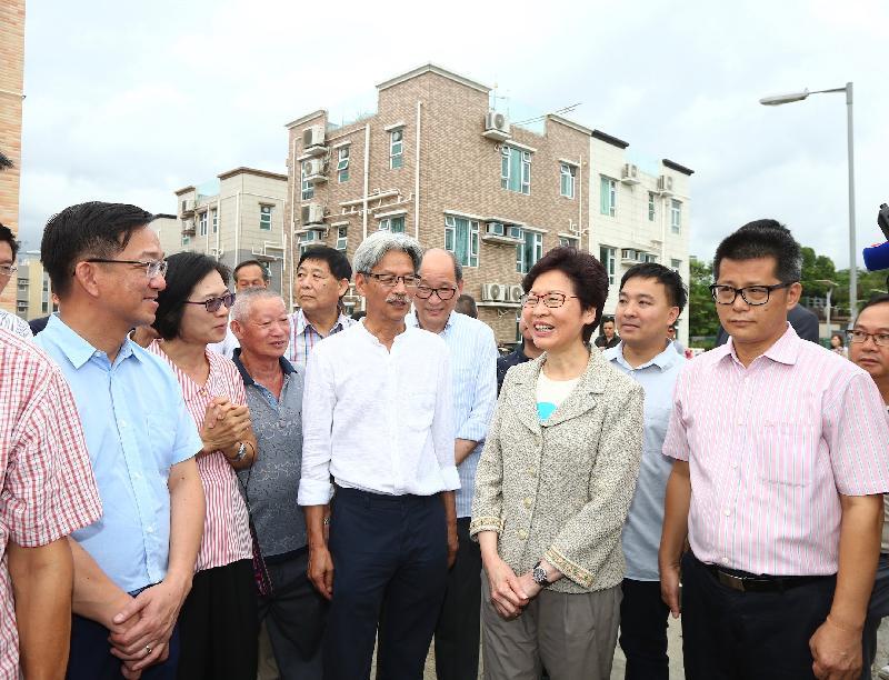行政長官林鄭月娥(前排右二)今日(七月二日)視察重置後的打鼓嶺竹園村。