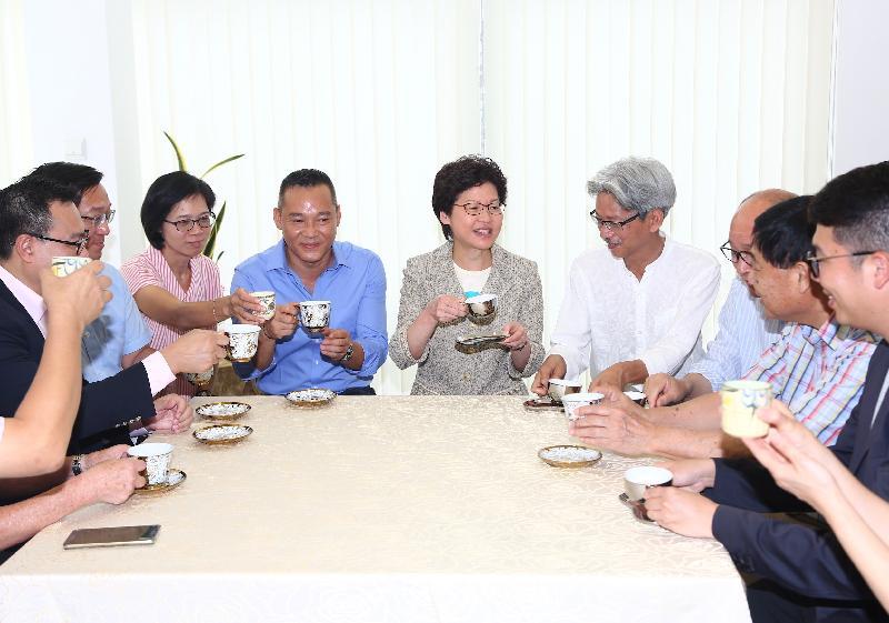 行政長官林鄭月娥(右五)今日(七月二日)與竹園村村民見面,了解他們在新地方的生活情況。