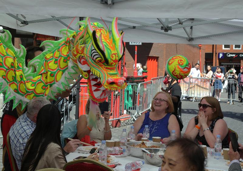 香港駐倫敦經濟貿易辦事處支持於七月二日(倫敦時間)在倫敦華埠舉行的盆菜宴,慶祝香港特別行政區成立二十周年,近千人參與這項香港的傳统節慶活動。圖示一頭餓龍亦想一嚐盆菜滋味。