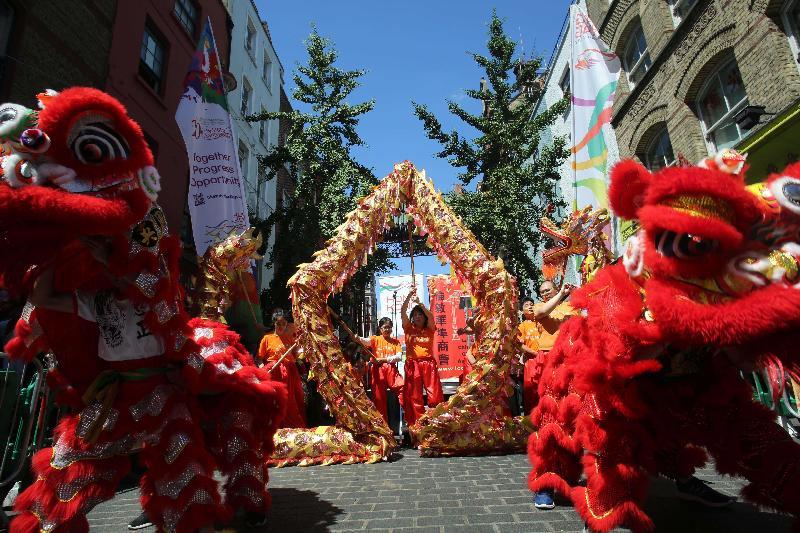 香港駐倫敦經濟貿易辦事處支持於七月二日(倫敦時間)在倫敦華埠舉行的盆菜宴,慶祝香港特別行政區成立二十周年。盆菜宴有傳統舞龍舞獅助慶。