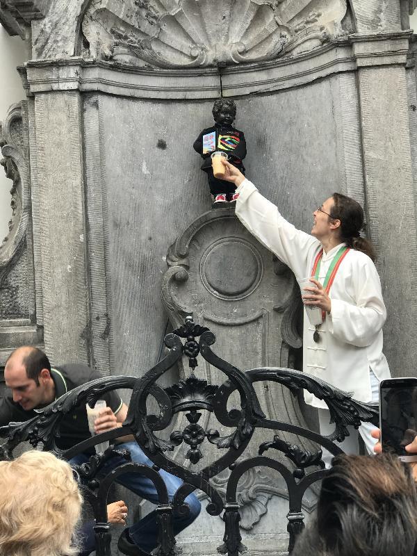 「撒尿小童」會在特別的日子以一種被稱為法魯的布魯塞爾獨有的啤酒代替水以款待賓客、旅客和遊人。