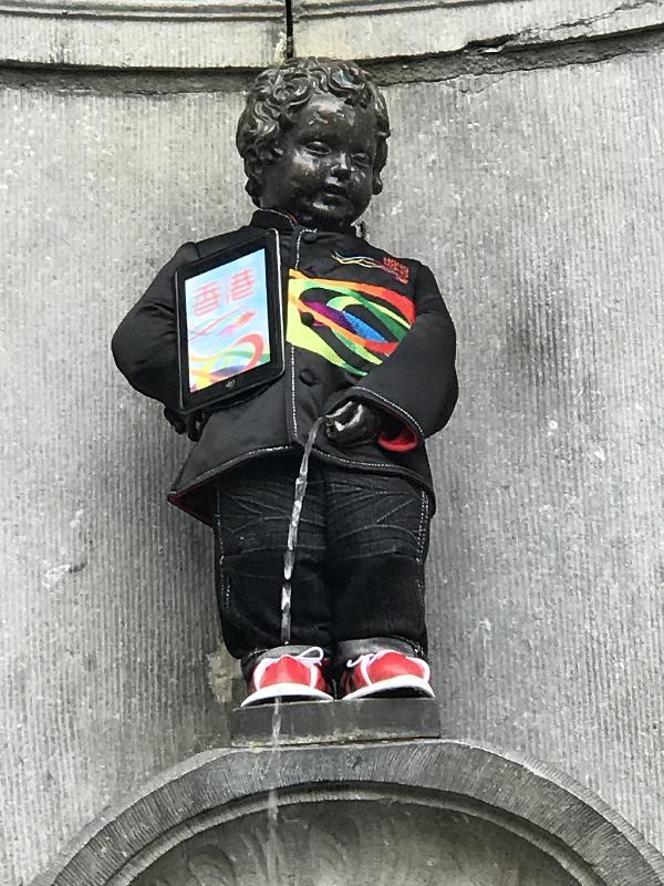 布魯塞爾17世紀初的噴泉雕像和市標——「撒尿小童」穿上香港服裝,作為慶祝香港回歸祖國及香港特別行政區成立二十周年慶祝活動的一部分。