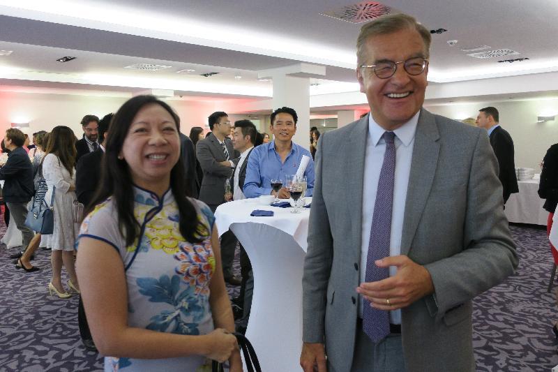 香港駐布魯塞爾經濟貿易辦事處於六月二十八日(盧森堡時間)在盧森堡舉行香港特別行政區成立二十周年慶祝酒會。圖示香港駐歐洲聯盟特派代表林雪麗(左)與盧森堡議會副議長Laurent Mosar(右)合照。