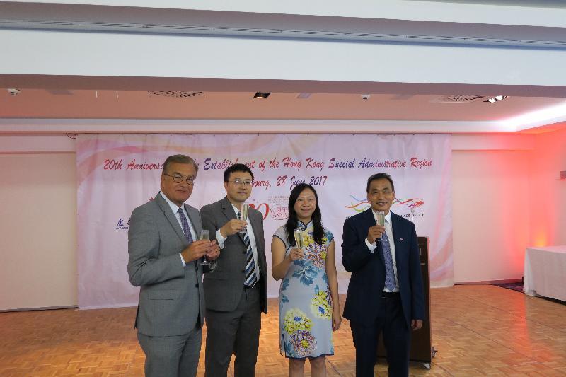 香港駐布魯塞爾經濟貿易辦事處於六月二十八日(盧森堡時間)在盧森堡舉行香港特別行政區成立二十周年慶祝酒會。圖示香港駐歐洲聯盟特派代表林雪麗(右二)與盧森堡議會副議長Laurent Mosar(左一)、中國駐盧森堡大使館代表王雨(左二),以及盧森堡廣東華僑協會會長文華興(右一)在酒會上合照。