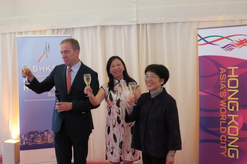 香港駐布魯塞爾經濟貿易辦事處在中華人民共和國駐歐盟使團(中國駐歐盟使團)的支持下,於六月二十九日(布魯塞爾時間)在比利時首都布魯塞爾的香港官邸舉行香港特別行政區成立二十周年慶祝酒會。參與慶祝香港特別行政區成立二十週年祝酒儀式包括中國駐歐盟使團團長楊燕怡(右),香港駐歐洲聯盟特派代表林雪麗(中)及比利時—香港協會會長Piet Steel(左)。