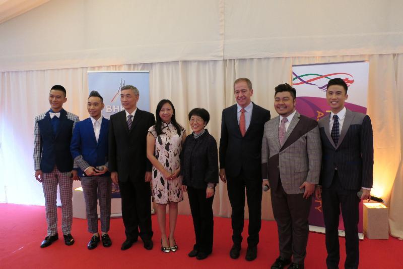 香港特別行政區成立二十周年慶祝酒會於六月二十九日(布魯塞爾時間),在布魯塞爾舉行。圖示中華人民共和國駐歐盟使團團長楊燕怡(右四)、中國駐比利時大使曲星(左三)、香港駐歐洲聯盟特派代表林雪麗(左四),以及比利時—香港協會會長Piet Steel(右三)在酒會上與來自香港的專業無伴奏合唱團「一舖清唱」成員合照。