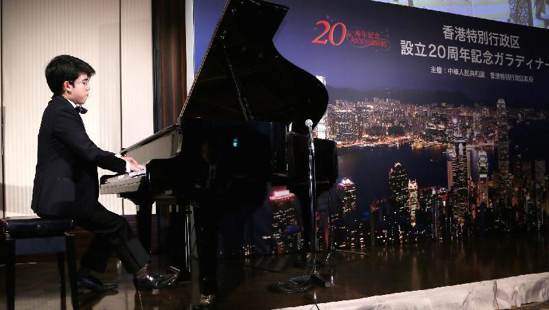 香港青年鋼琴演奏家沈靖韜今日(七月五日)在東京舉行的慶祝香港特別行政區成立二十周年晚宴上演奏。
