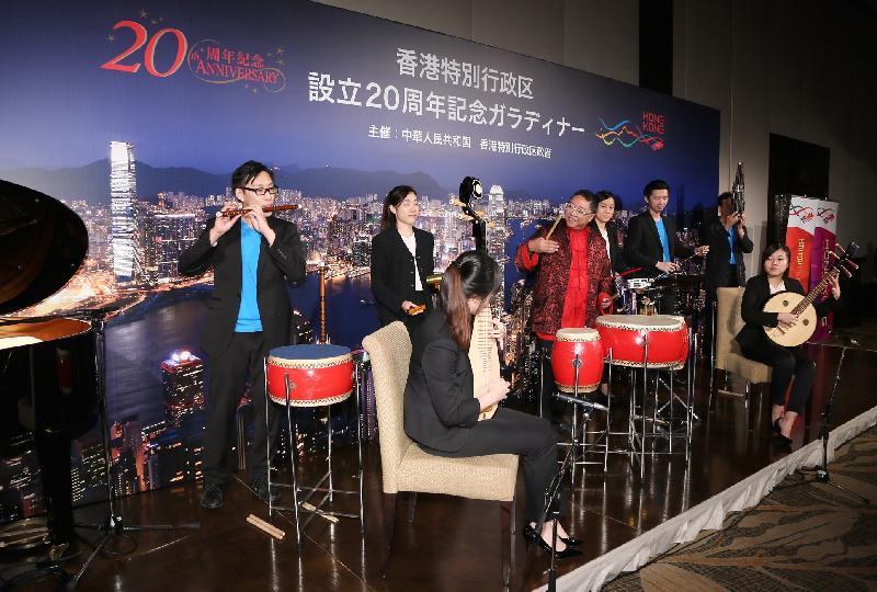 香港鼓藝團今日(七月五日)在東京舉行的晚宴上呈獻精彩的鼓樂。