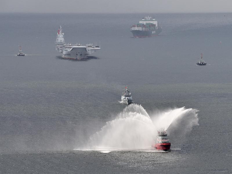 中國人民解放軍海軍遼寧艦編隊今日(七月七日)至七月十一日停靠香港。圖示編隊今日上午抵港情況。