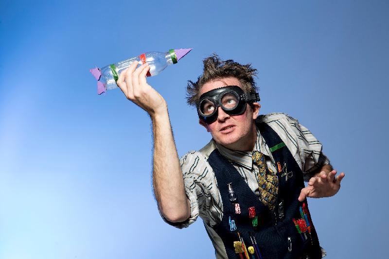 來自澳洲的影偶博士將於七月中為大小朋友帶來影偶及形體劇場《星際大暴走》。憑着搞笑的劇情,加上表演者Hamish Fletcher的影偶技巧,定必引爆連串笑彈。