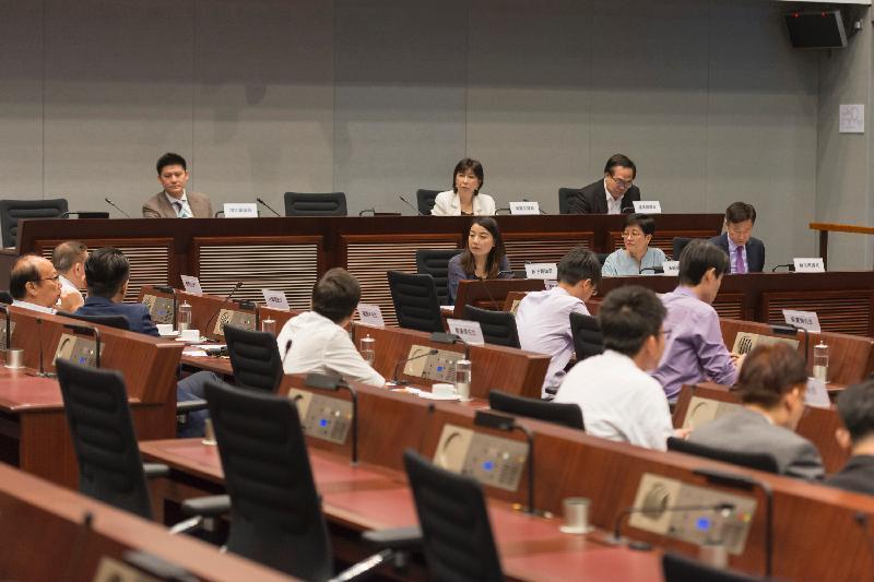 立法會議員與九龍城區議會議員今日(七月七日)在立法會綜合大樓舉行會議,討論有關預留原區土地作馬頭圍邨重建用途的事項。