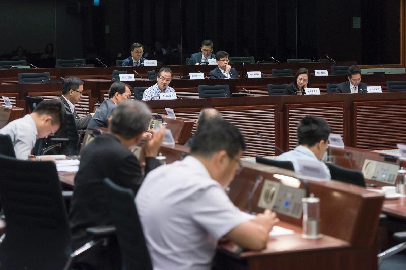 立法會議員與西貢區議會議員今日(七月七日)在立法會綜合大樓舉行會議,討論盡快在將軍澳興建文娛康樂設施。