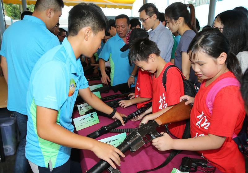 「赤柱監獄八十載」開放日今日(七月八日)舉行,市民參觀槍械及防暴裝備展示區。
